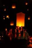 AYUTTHAYA, TAILANDIA - 5 de diciembre: Linterna flotante de la gente tailandesa adentro Imágenes de archivo libres de regalías