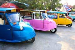AYUTTHAYA, TAILANDIA - 12 DE DICIEMBRE: 3-Wheeler llamada motorizada Tuk Tuk en la ciudad vieja el 12 de diciembre de 2015 en Ayu Imagen de archivo libre de regalías