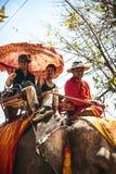 AYUTTHAYA, TAILANDIA - 2 de enero: Turistas en un paseo del elefante Imagen de archivo libre de regalías
