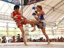 Combate de boxeo tailandés de las mujeres Foto de archivo
