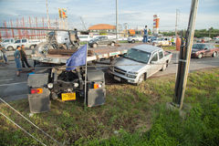 AYUTTHAYA, TAILANDIA - 6 LUGLIO: Salvi le forze in una scena micidiale di incidente stradale il 6 luglio 2014 Il gray del coupé d Fotografia Stock
