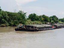Ayutthaya, Tailandia - 14 maggio 2018: Chiatta caricata pesante tir in giùare o rimorchiata in rimorchiatore Chao Phraya River immagine stock