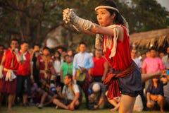 AYUTTHAYA, TAILANDIA - MARZO 17,2013: El amo femenino de los artes marciales muestra danza ceremonial Fotografía de archivo