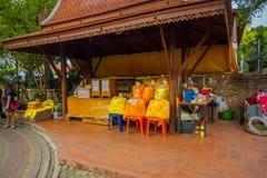 AYUTTHAYA, TAJLANDIA, LUTY, 08, 2018: Plenerowy widok żółte tkaniny wśrodku plastikowych worków pod drewnianym rynkiem Zdjęcia Stock