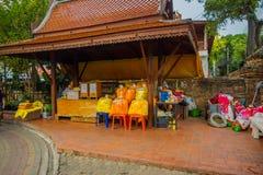 AYUTTHAYA, TAJLANDIA, LUTY, 08, 2018: Plenerowy widok żółte tkaniny wśrodku plastikowych worków pod drewnianym rynkiem Fotografia Stock