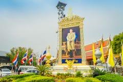 AYUTTHAYA, TAJLANDIA, LUTY, 08, 2018: Plenerowy widok ogromny plakat polityk lub cesarz lokalizować w ulicie fotografia royalty free