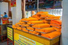 AYUTTHAYA, TAJLANDIA, LUTY, 08, 2018: Zamyka up żółte tkaniny wśrodku plastikowych worków pod drewnianym rynkiem Zdjęcia Royalty Free