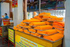 AYUTTHAYA, TAJLANDIA, LUTY, 08, 2018: Zamyka up żółte tkaniny wśrodku plastikowych worków pod drewnianym rynkiem Obrazy Stock