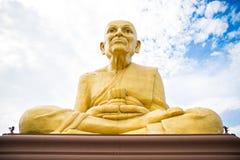 Ayutthaya, Tajlandia, Oct/- 12, 2017: Złocista Buddha statua z clo Obrazy Royalty Free
