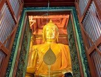 Ayutthaya, Thaïlande - 9 mai 2015 : Élégant d'or de grande statue de Bouddha dans la chapelle au temple phanan de choeng de wat photographie stock