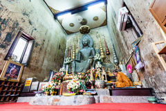 AYUTTHAYA, THAÏLANDE - MAI 2015 : Un moine et un St antique de Buddhat Photographie stock