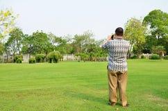 Οι τουρίστες παίρνουν τη φωτογραφία στο παλάτι πόνου κτυπήματος σε Ayutthaya, Thail Στοκ εικόνα με δικαίωμα ελεύθερης χρήσης