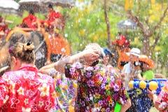 AYUTTHAYA, THAILAND - 13 APRIL: De feestneuzen genieten water het bespatten van verstand Royalty-vrije Stock Afbeeldingen