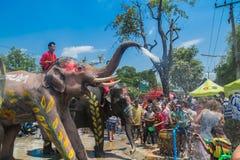 AYUTTHAYA, THAILAND - 14. APRIL: Feiernder genießen das Wasser, das mit Elefanten während Songkran-Festivals am 14. April 2016 in Lizenzfreie Stockfotos