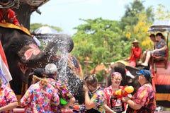 AYUTTHAYA THAILAND - APRIL 13: Rumlare tycker om plaskande intelligens för vatten Royaltyfri Foto