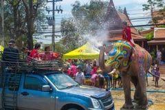 AYUTTHAYA THAILAND - APRIL 14: Rumlare tycker om vatten som plaskar med elefanter under den Songkran festivalen på April 14, 2016 Royaltyfria Bilder