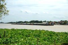 Ayutthaya/Thailand - Augustus 4 2018: Vrachtschip in een rivier In Chao Phraya River, Ayutthaya Thailand stock foto's