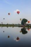 AYUTTHAYA THAILAND - DECEMBER 5, 2009: Circl för ballonger för varm luft Royaltyfria Foton