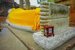 AYUTTHAYA, THAILAND, 08 FEBRUARI, 2018: De openluchtmening van Doende leunen Boedha behandelde met een gele stof, Historisch Park Royalty-vrije Stock Afbeelding