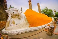 AYUTTHAYA, THAILAND, 08 FEBRUARI, 2018: Openluchtmening van Doende leunen Boedha, Historisch Park Ayutthaya, Thailand Stock Foto
