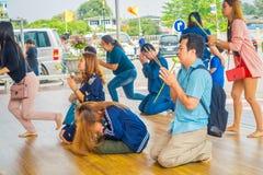 AYUTTHAYA THAILAND, FEBRUARI, 08, 2018: Utomhus- sikt av oidentifierat folk som ber på deras knä inom av en tempel Royaltyfria Bilder
