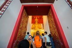 Ayutthaya, Thailand - 1. Januar 2018: Alter Tempel Wat Mongkhon Bophits viele erwachsenen Leute machen Foto zu gehen zu beten und stockbild