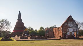 Ayutthaya Thailand - Januari 1, 2018: Wat Wora Chet Tha Ram forntida tempel som många personer ber och tillber arkivbilder