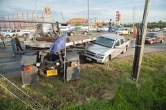 AYUTTHAYA THAILAND - JULI 06: Räddningsaktionstyrkor i en dödlig plats för bilolycka på Juli 06 2014 Grå färger för kupé för vägo Arkivfoto