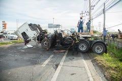 AYUTTHAYA THAILAND - JULI 06: Räddningsaktionstyrkor i en dödlig plats för bilolycka på Juli 06 2014 Grå färger för kupé för vägo Royaltyfri Fotografi