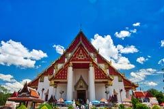 Ayutthaya, Thailand; 3 juli 2018: Wihan Phra Mongkhon Bophit in het Historische Park van Ayutthaya stock foto's