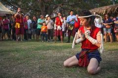 AYUTTHAYA, THAILAND - MAART 17.2013: De vrouwelijke vechtsportenmeester toont plechtige dans vóór strijd Stock Afbeelding
