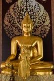 Ayutthaya, Thailand - Maart, 11, 2017: Het gouden standbeeld van Boedha binnen Stock Foto