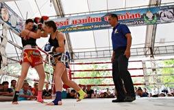 Thailändsk boxningmatch på Muay det thailändska slagsmål Fastival Royaltyfria Bilder