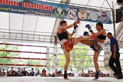 Thailändsk boxningmatch på Muay det thailändska slagsmål Fastival Arkivfoto