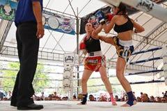 Thailändsk boxningmatch på Muay det thailändska slagsmål Fastival Royaltyfri Foto