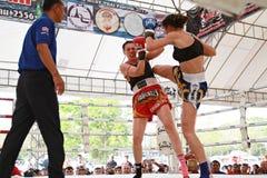 Thailändsk boxningmatch på Muay det thailändska slagsmål Fastival Arkivbilder