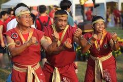 AYUTTHAYA THAILAND - MARS 17,2013: Tre höga förlageMuay thailändskt i en strid poserar under Wai Kroo Royaltyfria Bilder
