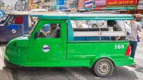 Ayutthaya Thailand, Selbstrikscha three-weeler tuk-tuk Taxi driv Lizenzfreie Stockfotografie