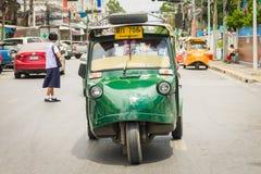 Ayutthaya Thailand, Selbstrikscha three-weeler tuk-tuk Taxi driv Lizenzfreie Stockbilder