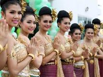 Ayutthaya Thailand - September 17, 2015: Grupp av thailändskt le för danser Arkivfoto