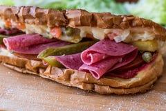 Ayvaliktoost/Salamisandwich met Russische Salade en groenten in het zuur Royalty-vrije Stock Afbeelding