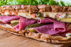 Ayvaliktoost/Salamisandwich met Russische Salade en groenten in het zuur Stock Foto