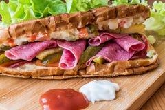 Ayvaliktoost/Salamisandwich met Russische Salade en groenten in het zuur Royalty-vrije Stock Afbeeldingen