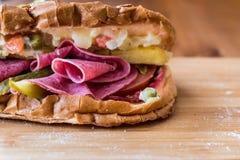 Ayvaliktoost/Salamisandwich met Russische Salade en groenten in het zuurexemplaarruimte Stock Foto's