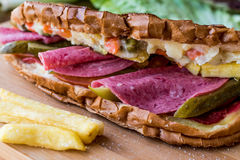 Ayvaliktoost/Salamisandwich met Russische Salade, groenten in het zuur en aardappels Royalty-vrije Stock Fotografie