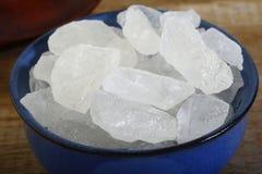Azúcar blanco de la roca en cuenco Imagen de archivo