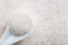 Azúcar blanco en cuchara de cerámica imágenes de archivo libres de regalías