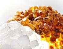 Azúcar blanco y marrón del caramelo. Aún-vida en un fondo blanco Foto de archivo libre de regalías