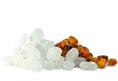Azúcar blanco y marrón del caramelo. Aún-vida en un fondo blanco Fotografía de archivo