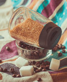 Azúcar blanco y marrón y café Fotos de archivo